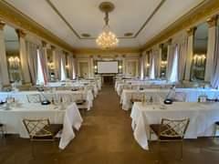 Bild könnte enthalten: Personen, die sitzen, Tisch und Innenbereich